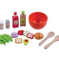 סט הכנת סלט מעץ מלא לילדים, הכולל מלחיה ופלפליה, קערה, כף ומזלג, 2 בקבוקי רטבים, ירקות חתוכים