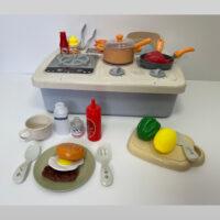 מטבח בישול וגריל אלקטרוני לילדים 27 חלקים הכולל כיריים, גז ורשת גריל אלקטרוניים לבישול ואפייה.